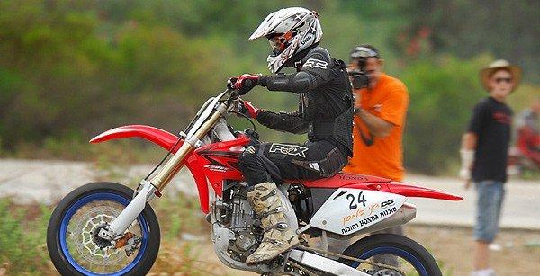 """אופנוע בתחרות באשדוד. נתוני הצילום: עדשה 300 מ""""מ מהירות 1/500 צמצם F/2.8"""