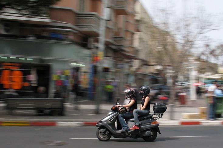 """צילום קטנוע בנסיעה ברחוב אלנבי בת""""א. נתוני הצילום הם: סגר 1/40 צמצם F/6.3"""
