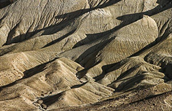 צילום וף בעדשה טלסקופית משטיח ומייצר תבניות גיאומטריות. מורדות נחל צין במבט מקבר בן גוריון.צלם:שיכהן