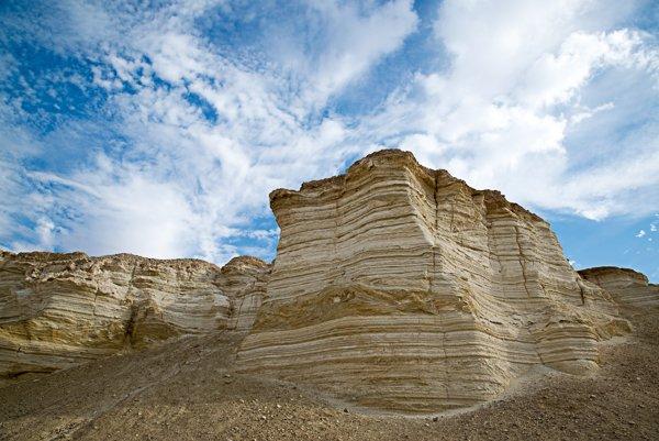שימוש במסנן מקטב תדגיש את הפער הצבעוני בין הקרקע לשמיים . תצורת הלשון בנחל פרצים.צלם: יובל פדר