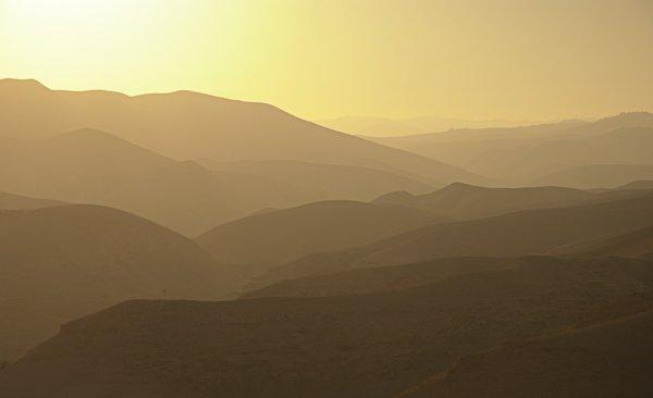 בשקיעה מעל הרכס מתגלות הזדמנויות נהדרות לצילום צלליות. מבט למדבר יהודה מצפון ים המלח. צלם: יובל פדר