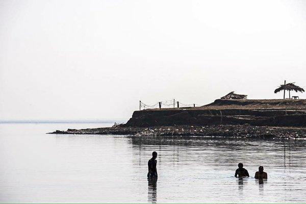כשהשמיים לבנים אפשר להיות יצירתי בחשיפה. רוחצים בחוף קליה שבים המלח. צלם: נמרוד סונדרס