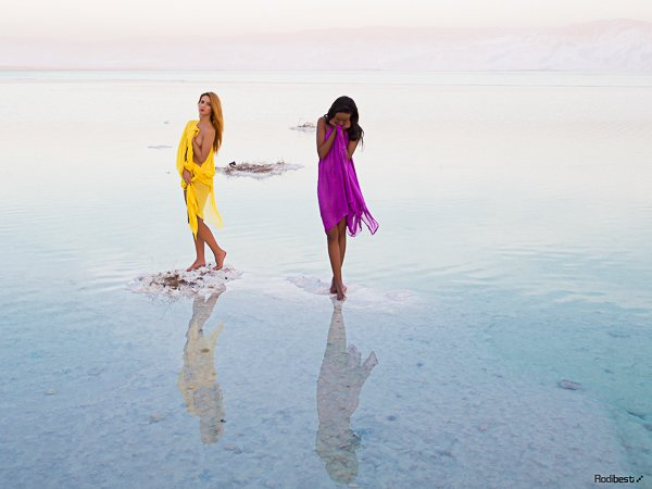 הוספת צבעים עזים בולטת במיוחד על רקע חדגוני.עין זוהר בים המלח. צלם: רודי אלמוג