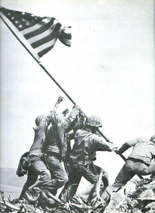 """אחת התמונות המפורסמות ביותר של """"לייף"""" כיבוש איבו ג'ימה באוקיאנוס השקט"""