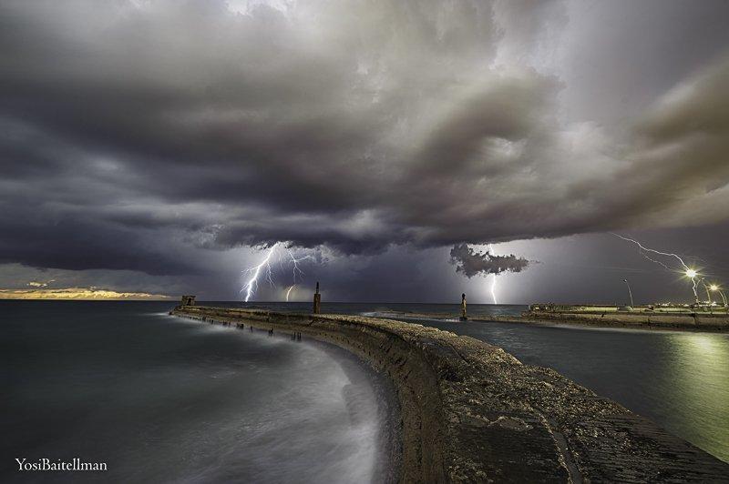 יד אחת חצובה וביד אחת מטריה. צלם:יוסי בייטלמן